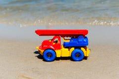 戏弄有景气的卡车在湿沙子 海滩节假日凉鞋海运夏天海浪 特别缩样 免版税库存图片