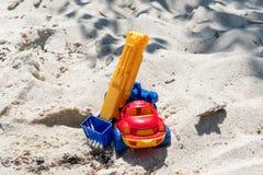 戏弄有景气的卡车在湿沙子 海滩节假日凉鞋海运夏天海浪 特别缩样 库存照片