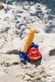 戏弄有景气的卡车在湿沙子 海滩节假日凉鞋海运夏天海浪 特别缩样 免版税库存照片