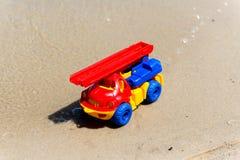 戏弄有景气的卡车在湿沙子 海滩节假日凉鞋海运夏天海浪 特别缩样 图库摄影