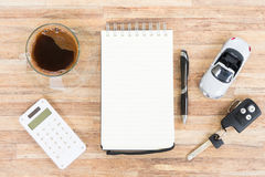 戏弄有笔记本、计算器和咖啡的汽车 免版税库存图片