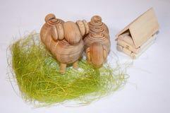 戏弄木 在草的两三只绵羊 库存图片