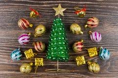 戏弄树、圣诞节球和goldish箱子在木桌上 库存图片