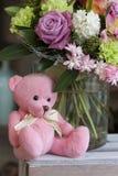 戏弄桃红色玩具熊坐一个木箱 库存图片