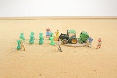 戏弄种田在农场的图人们 库存图片