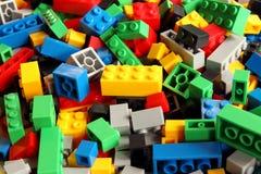 戏弄积木,孩子的五颜六色的塑料建设者 免版税库存图片