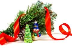 戏弄雪人在一棵人为圣诞树的分支下与锥体的 库存图片
