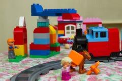 戏弄颜色设计师,火车,塔吊 免版税库存照片