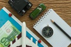 戏弄飞机、指南针、双筒望远镜、铅笔、纸笔记和miniat 库存图片
