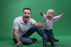 戏耍父亲和小孩的儿子 库存图片