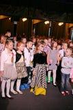 年轻戏迷 热心地观看儿童的圣诞节木偶剧场Smeshariki的孩子 图库摄影