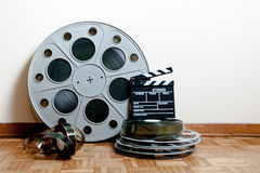 戏院与拍板和卷轴的电影卷 免版税库存照片