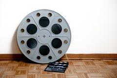 戏院与拍板的电影卷在木地板上 免版税图库摄影