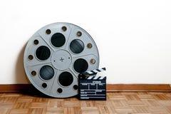 戏院与拍板的电影卷在木地板上 免版税库存图片