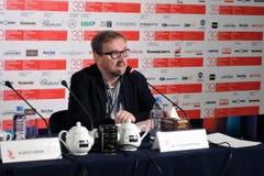 戏院专家Pyotr Shepotinnik在第39莫斯科国际影片竞赛新闻会议  颜色phot 库存图片