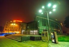 戏院在夜波摩莱的中心广场 建造者 免版税库存图片