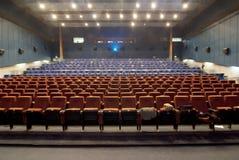 戏院大厅供以座位withrow 图库摄影