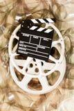 戏院电影卷轴和拍板35 mm影片背景 免版税库存照片