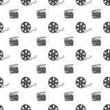 戏院磁带、影片轴和clapperboard葡萄酒无缝的样式、手拉的剪影、减速火箭的电影和电影工业,传染媒介illustra 库存例证