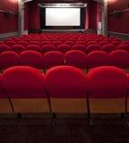 戏院空的投影红色屏幕 免版税库存照片