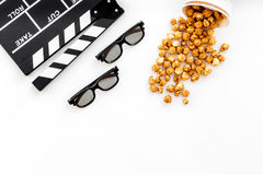 去戏院 Clapperboard、玻璃和玉米花在白色背景顶视图copyspace 免版税库存图片