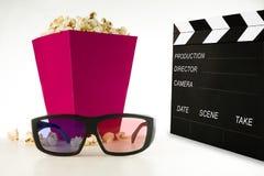 戏院3D玻璃、玉米花和clapperboard在一白色backgroun 库存图片