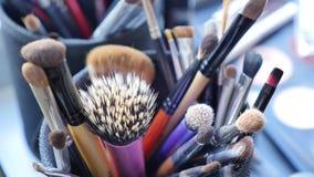 组成与专业构成刷子的桌 Visagiste工具 化妆用品的不同的刷子 库存照片