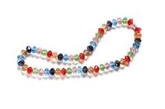 成串珠状五颜六色的查出的做的项链&# 免版税库存照片