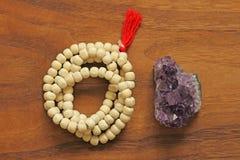 成串珠状佛教徒 念珠或小珠从Tulasi w神圣的树  库存照片