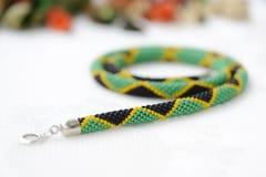 成串珠状在牙买加旗子的颜色的钩针编织项链 免版税库存照片