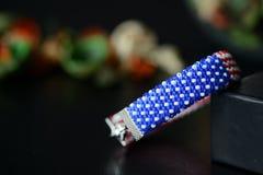 成串珠状在美国国旗的颜色的钩针编织镯子在黑暗的背景的 免版税图库摄影