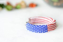 成串珠状在美国国旗的颜色的钩针编织镯子 库存图片