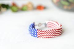 成串珠状在美国国旗的颜色的钩针编织镯子 免版税图库摄影