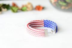 成串珠状在美国国旗的颜色的钩针编织镯子 免版税库存照片