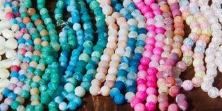 成串珠状女性 一小块玻璃、石头或者相似的材料 库存照片