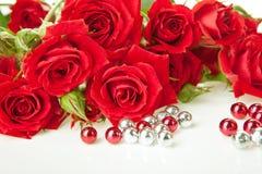 成串珠状红色玫瑰 免版税库存图片