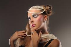 成串珠状美丽的公平的女孩头发的珍&# 免版税库存照片