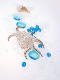 成串珠状蓝色查出的小卵石来回白色 免版税库存照片