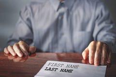 成为歇斯底里的面试工作一他们 申请人简历在桌上的 雇主举办的工作面试 库存图片