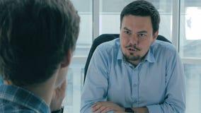 成为歇斯底里的面试工作一他们 经理,上司在办公室谈话与申请人 在肩膀视图 股票录像