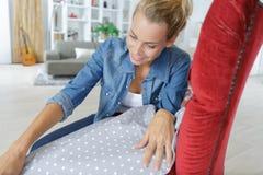 成为的年轻女人训练室内装饰工 免版税库存照片