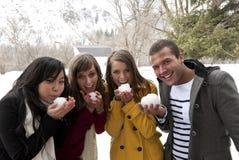 成人与准备好的雪球年轻人战斗 免版税库存照片