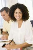 成人中间学习妇女的其他学员 库存图片