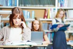 成人书图书馆读取微笑的妇女年轻人 免版税图库摄影