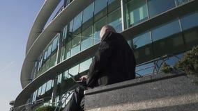 成人人与在办公楼的背景的膝上型计算机一起使用 影视素材