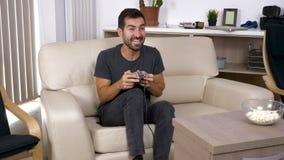 成人人在客厅打在控制台的一个电子游戏 股票录像