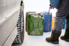 成人人用汽油填装一辆汽车在燃料驻地 免版税库存照片