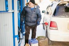 成人人用汽油填装一辆汽车在燃料驻地 库存照片