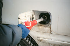 成人人用汽油填装一辆汽车在燃料驻地 库存图片