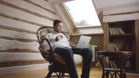 成人人饮料咖啡和浏览膝上型计算机的互联网在顶楼 股票录像